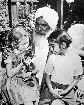 Kirpal-Singh,-with-children,-USA-1955