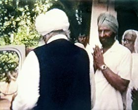 Dr Harbhajan Singh greeting his beloved Master Sant Kirpal Singh, October 1973