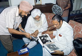 Sant Kirpal Singh with Lt. Governor Baleshwar Prasad at Sawan Ashram, 1973